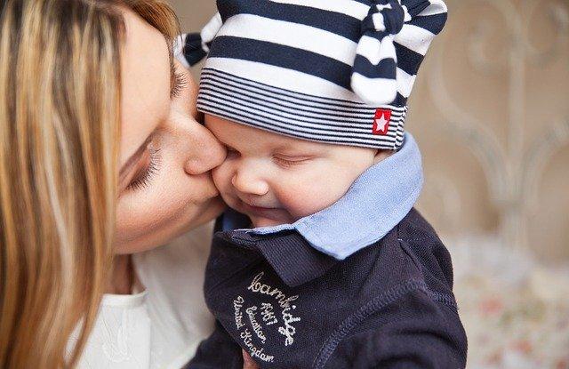 Heimarbeit für Mutter mit Kind